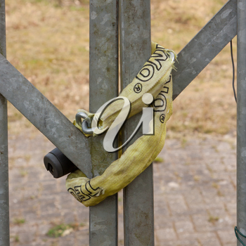 A chain hanging on a abandoned gate (Holland)